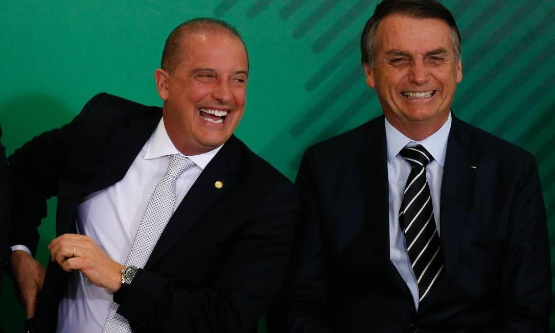 O ministro Onyx Lorenzoni (Casa Civil) ao lado do presidente Jair Bolsonaro em cerimônia no Palácio do Planalto Foto: Pablo Jacob / Agência O Globo