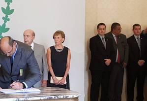 Witzel assina documento em cerimônia de posse Foto: Luiz Ernesto Magalhães