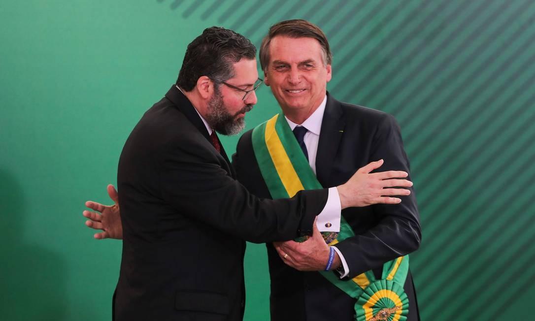 O ministro das Relações Exteriores, Ernesto Araújo, e o presidente Jair Bolsonaro Foto: Sergio Lima/AFP/01-01-2019