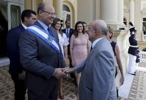 Francisco Dornelles entrega o cargo de governador do Rio para Witze; cerimônia de transmissão aconteceu nesta quarta-feira Foto: Domingos Peixoto / Agência O Globo