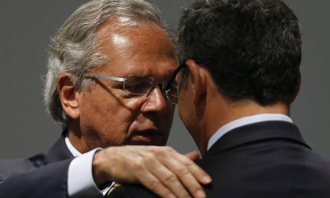 O novo ministro da Economia, Paulo Guedes, cumprimenta o ex-ministro da Fazenda, Eduardo Guardia Foto: Jorge William / Agência O Globo