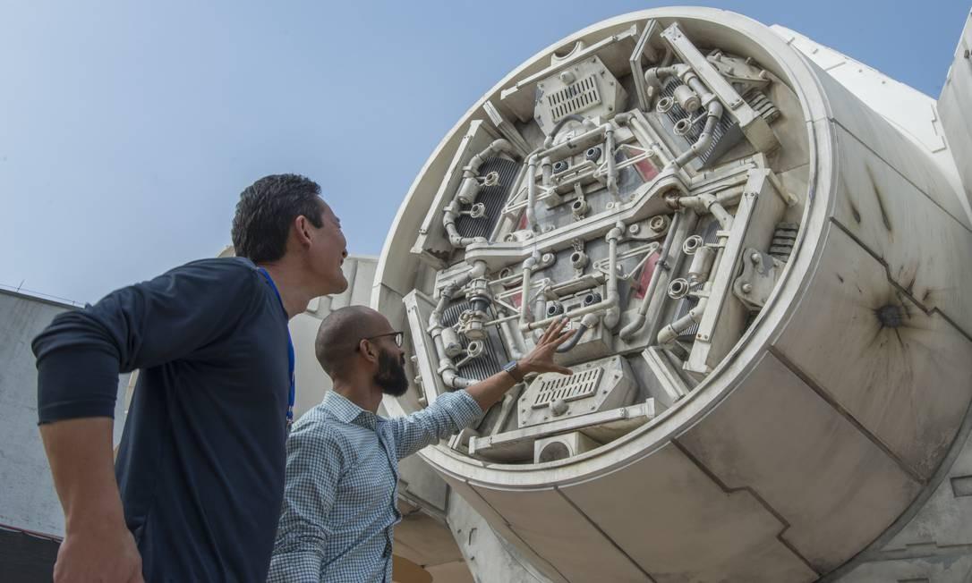 Funcionários da Disney Parks observam a reprodução da nave Millennial Falcon, que estará na área Star Wars: Galaxy's Edge, nos parques da Disney nos EUA Foto: Disney Parks / Divulgação