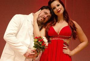 """Os atores Carlos Simões e Drika Matos durante apresentação da peça """"Os homens querem casar e as mulheres querem sexo 2"""" Foto: divulgação/dani minervino"""