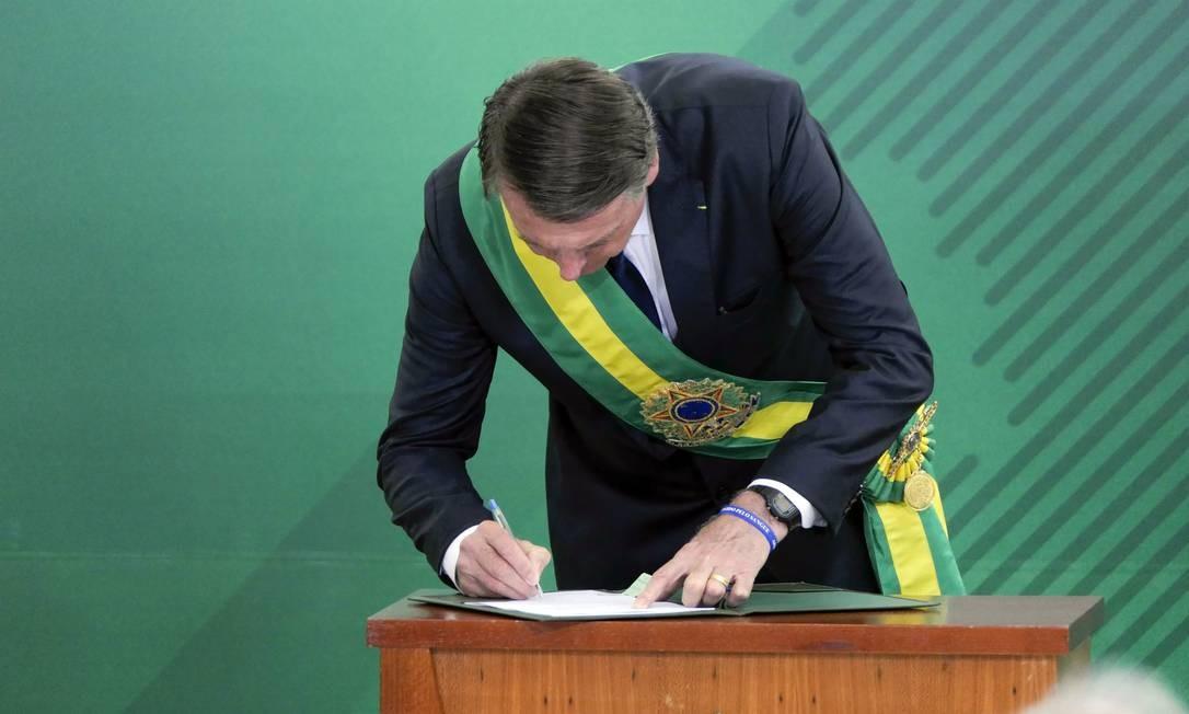 O presidente Jair Bolsonaro usa caneta popular para assinar termo de posse Foto: Roque de Sá/Agência Senado