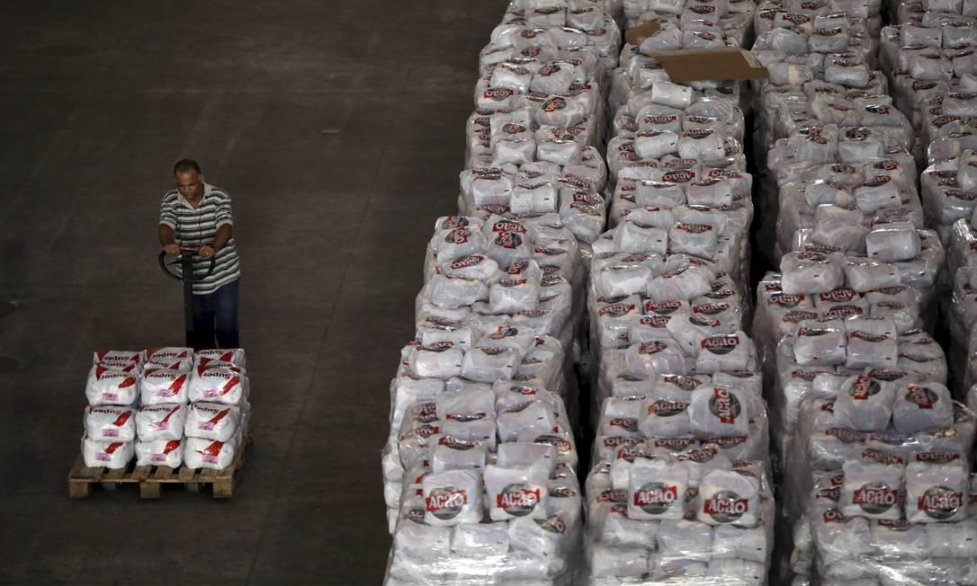 Galpão da Ação da Cidadania com toneladas de alimentos no Rio Foto: Custódio Coimbra / Agência O Globo