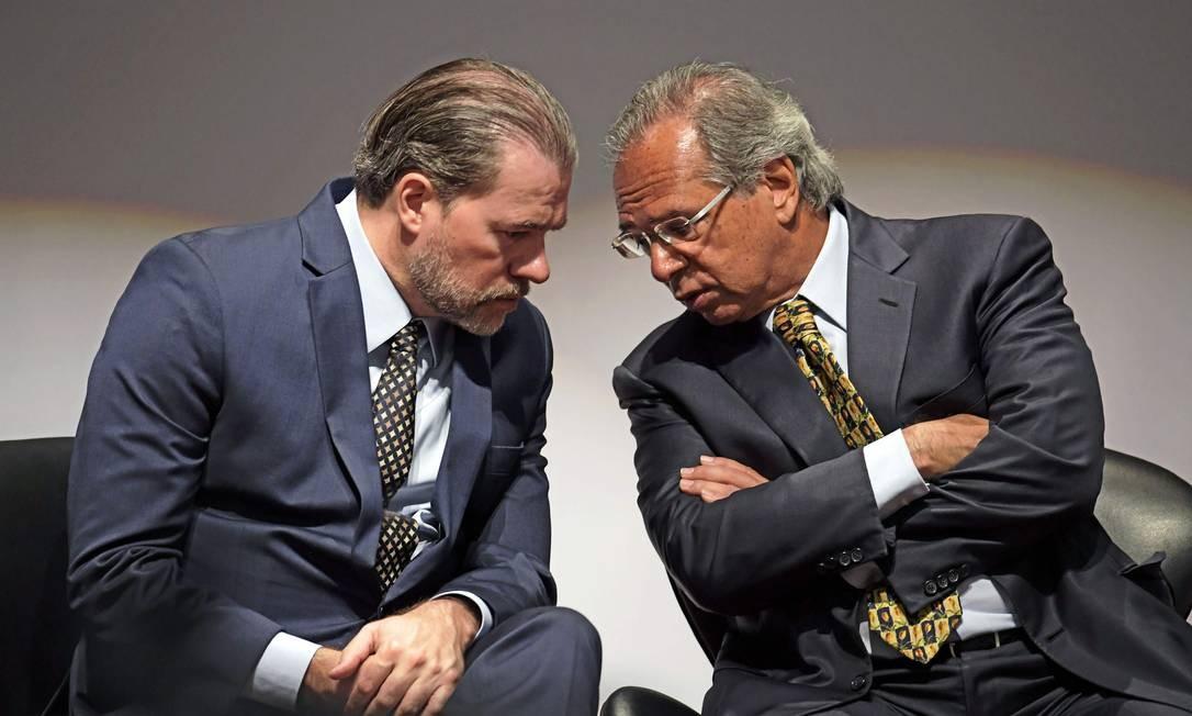 O presidente do STF, ministro Dias Toffoli, e o ministro da Economia, Paulo Guedes Foto: Carl de Souza / AFP