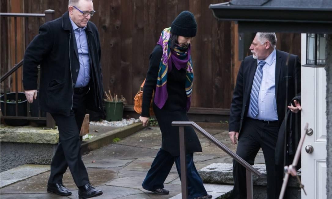 O artigo de Sachs foi publicado pouco mais de uma semana após a prisão da executiva da Huawei, Meng Wanzhou (ao centro, na foto), no Canadá Foto: Bloomberg