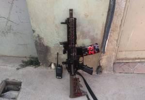 O fuzil e o radiotransmissor apreendidos na operação Foto: Polícia Militar / Via Twitter