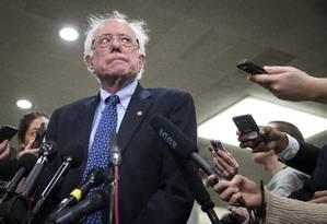 Senador Bernie Sanders conversa com repórteres no Capitólio, em Washington Foto: SARAH SILBIGER / NYT