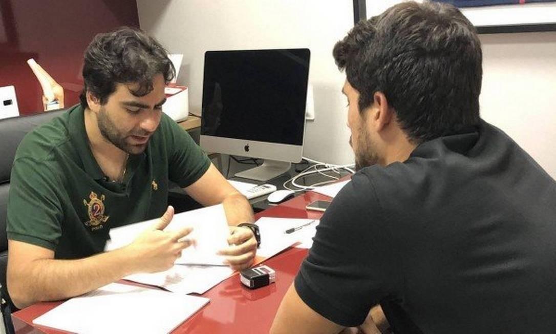 O zagueiro Igor Rabello conversa com o médico do Atlético-MG Foto: Reprodução/Twitter