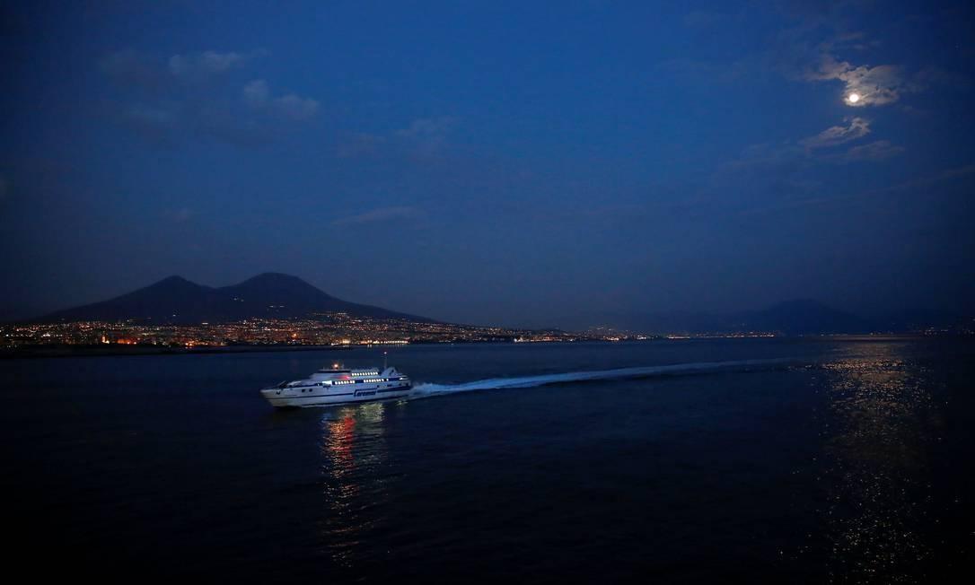 Porto de Nápoles, na Itália Foto: Tony Gentile / REUTERS