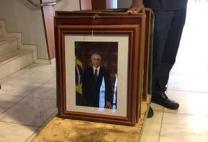 Fotos do ex-presidente Michel Temer são retiradas de gabinete do Palácio do Planalto Foto: Karla Gamba/Agência O Globo