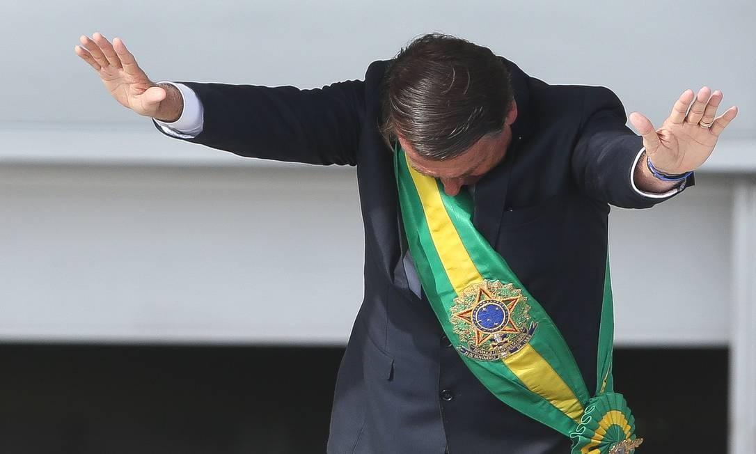 O presidente Jair Bolsonaro saúda o pública na posse Sergio Dutti / ÉPOCA