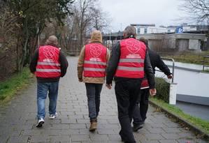 Grupo de extrema direita durante patrulha na cidade de Amberg Foto: Divulgação/NPD