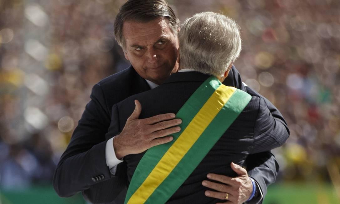 Jair Bolsonaro abraça o então presidente Michel Temer, que lhe passou a faixa do governo Daniel Marenco / Agência O Globo