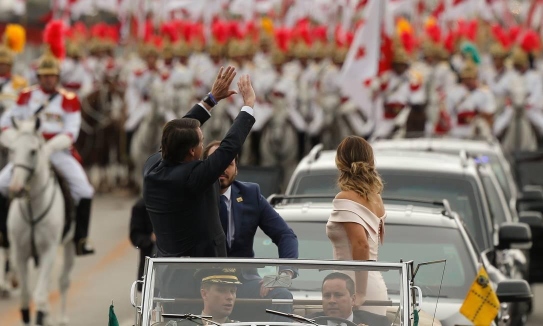 Jair Bolsonaro desfila no Rolls Royce da presidência ao lado de sua esposa, Michelle, e filho, Carlos Foto: Pablo Jacob / Agência O Globo