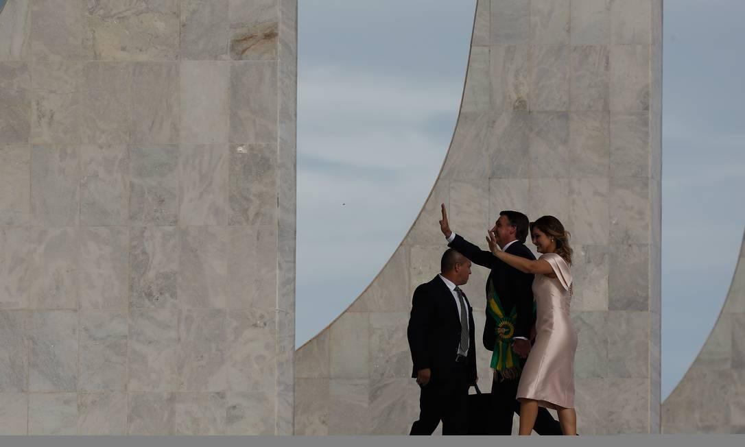 Bolsonaro, já empossado, e sua esposa Michelle, caminham para realizar o discurso Foto: Pablo Jacob / Agência O Globo