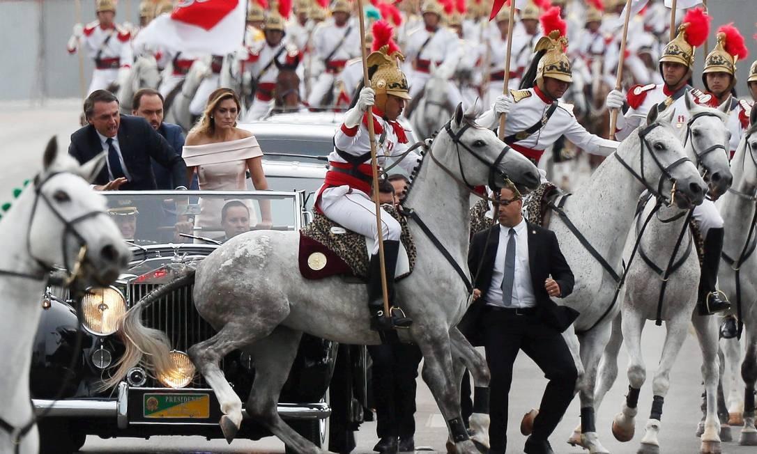 Cavalo dos dragões se assusta e gera tumulto na chegada de Bolsonaro Foto: Pablo Jacob / Agência O Globo