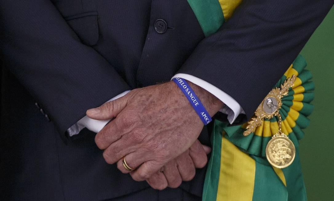 Detalhe da pulseira de Bolsonaro Foto: Daniel Marenco / Agência O Globo