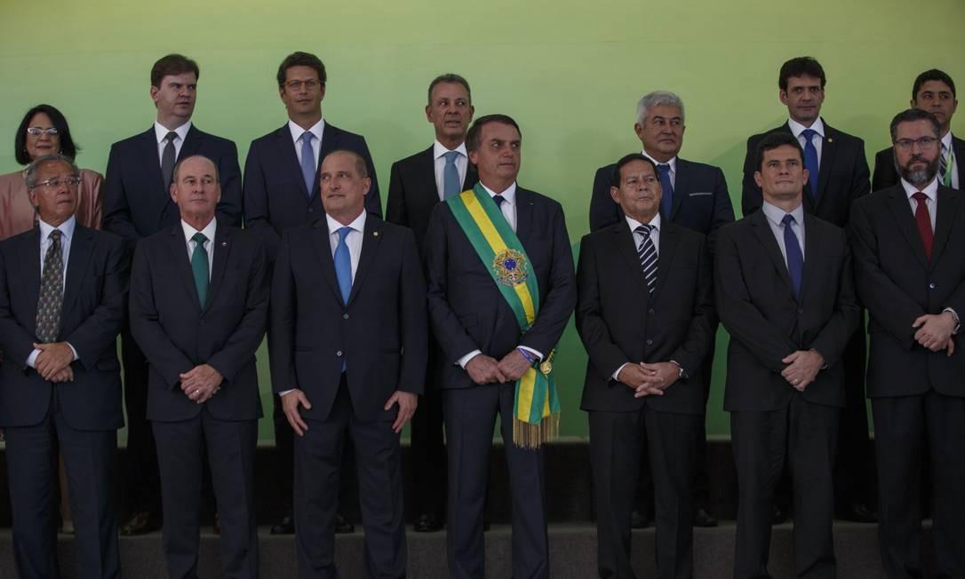 Jair Bolsonaro posa ao lado de seu vice-presidente, general Mourão, e ministros Foto: Daniel Marenco / Agência O Globo