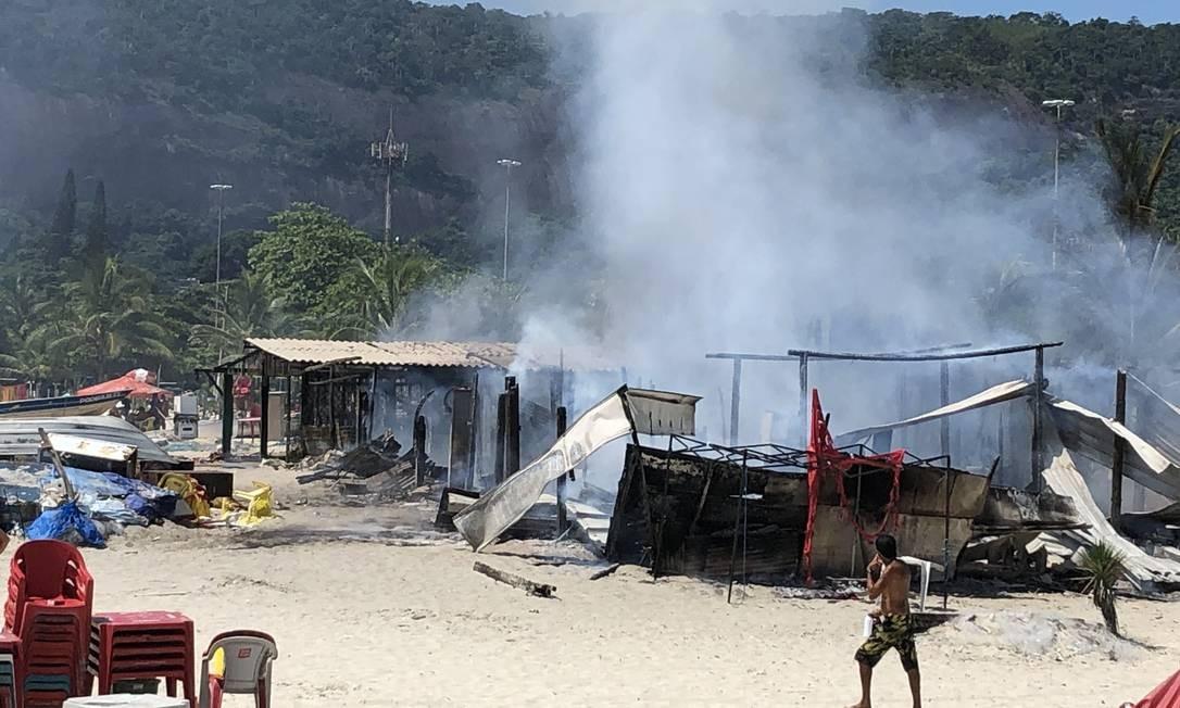 O fogo atingiu pelo menos dois quiosques localizados na área da colônia de pescadores Foto: Divulgação / CCRON