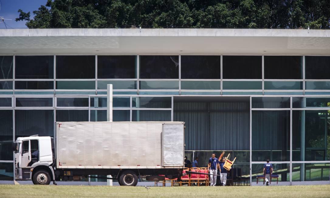 Saíram as cadeiras vermelhas e entraram as azuis Foto: Daniel Marenco / Agência O Globo