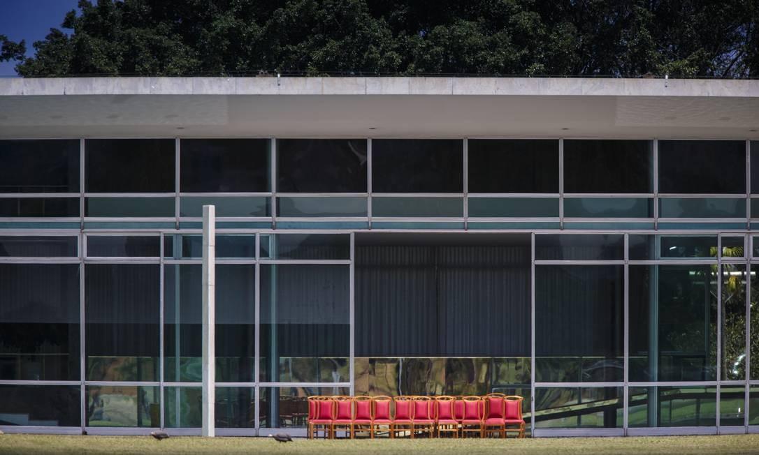 A primeira mudança no Palácio da Alvorada, residência oficial da Presidência, na gestão do presidente Jair Bolsonaro, foi na cor das cadeiras Daniel Marenco / Agência O Globo