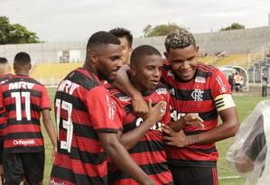Bill (ao centro) comemora um de seus três gols na estreia do Flamengo na Copinha Foto: Samuel Oliveira/Divulgação Flamengo