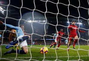 Stones salva em cima da linha o que seria o primeiro gol do Liverpool contra o Manchester City Foto: PHIL NOBLE / REUTERS