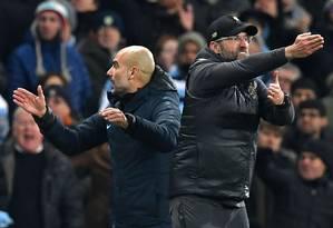 Guardiola e Klopp travaram mais um duelo agitado na Premier League Foto: PAUL ELLIS / AFP