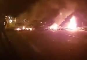 Pessoas reivindicam providências do poder público diante dafalta de luz na região de Mangaratiba Foto: Reprodução/ Redes Sociais