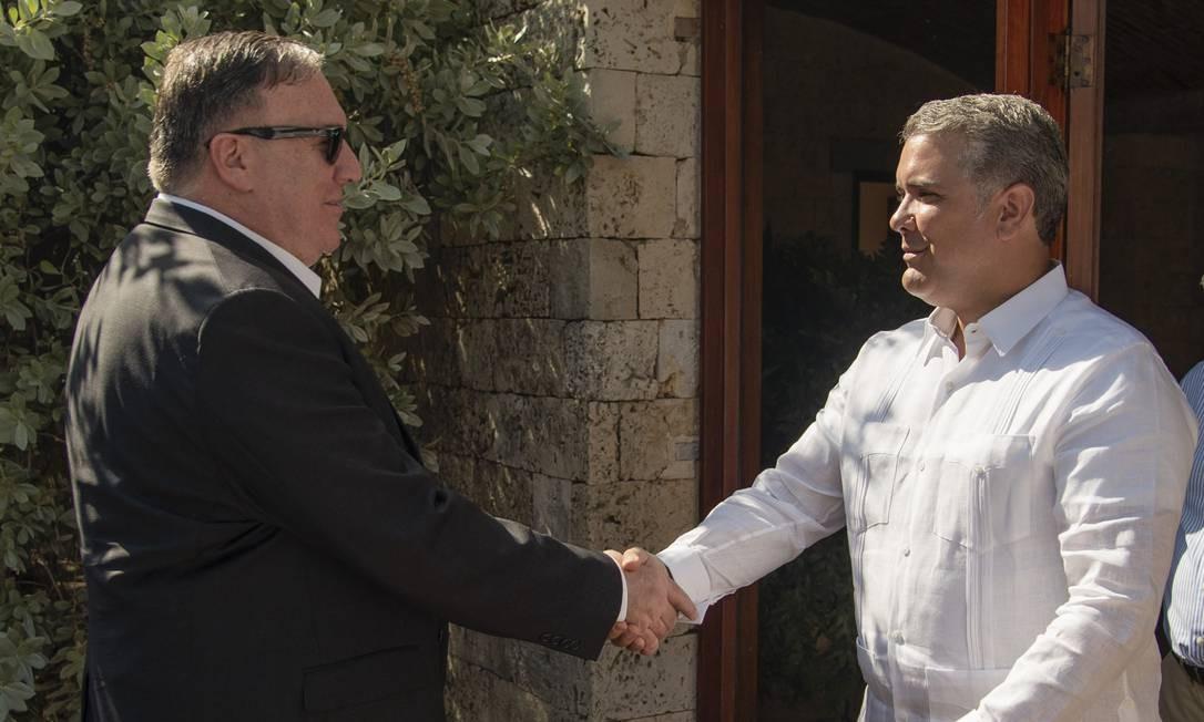 Secretário de Estado dos EUA, Mike Pompeo cumprimenta presidente da Colômbia, Iván Duque, durante encontro em Cartagena Foto: NICOLAS GALEANO / AFP