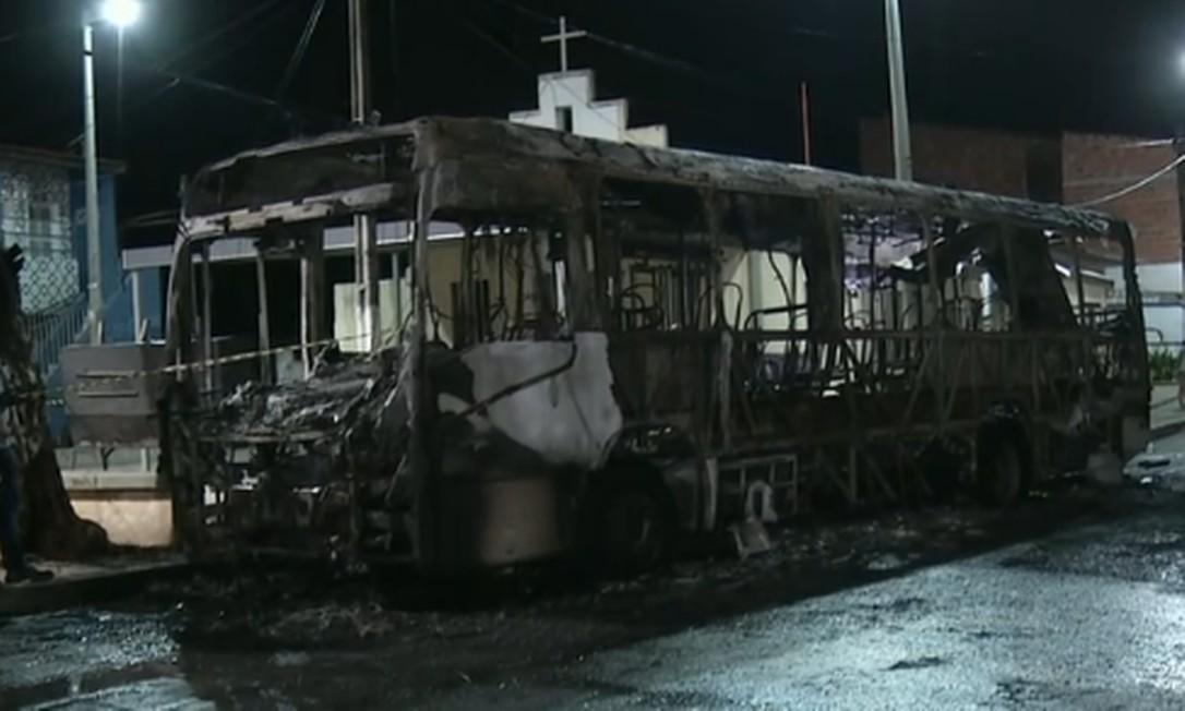 Bombeiro observa ônibus incendiado por criminosos em nova onda de ataques em Fortaleza Foto: Reprodução