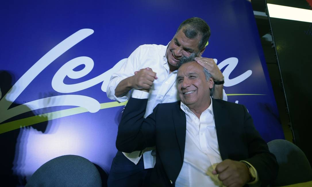 Em fevereiro de 2017, o então presidente equatoriano, Rafael Correa, abraça candidato à Presidência Lenín Moreno Foto: RODRIGO BUENDIA / AFP