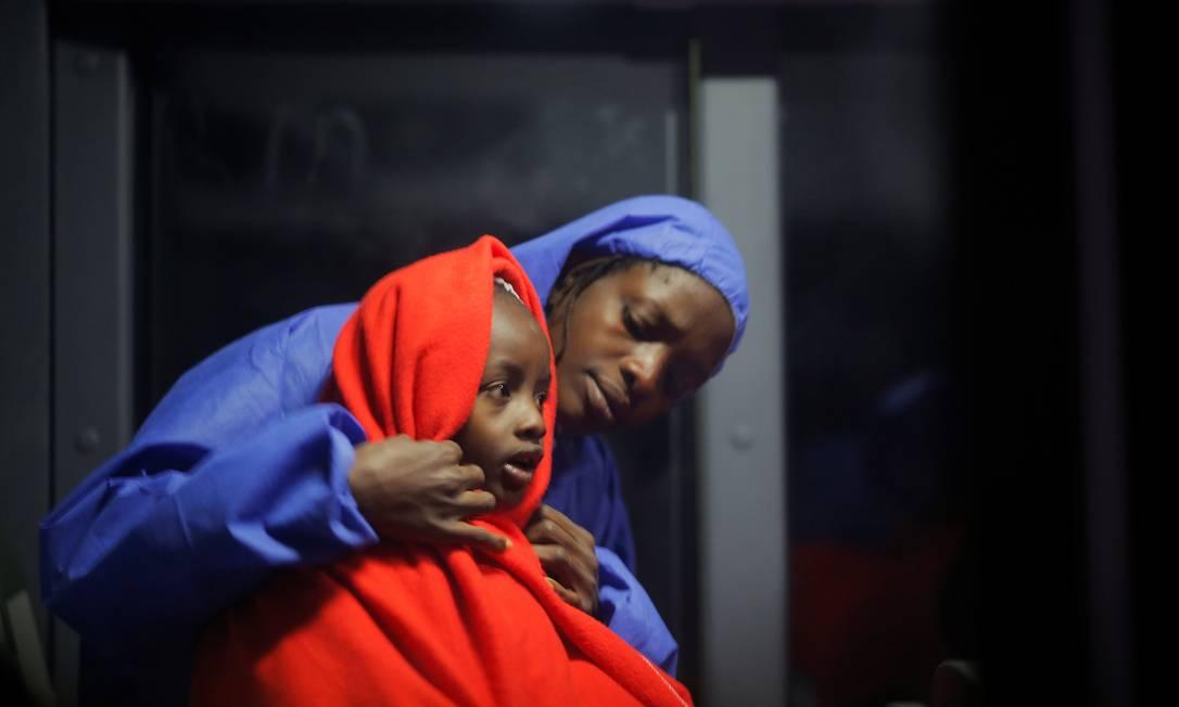 Mulher migrante e seu filho resgatados no Mediterrâneo viajam em ônibus a partir do porto de Málaga, na Espanha, em 03 janeiro de 2019 Foto: JON NAZCA / REUTERS
