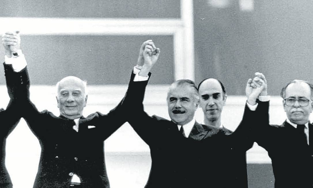 José Sarney saúda a multidão ladeado por Ulysses Guimarães, Marco Maciel e José Aparecido de Oliveira, em 15 de março de 1985, quando assumiu interinamente a Presidência Foto: Orlando Brito