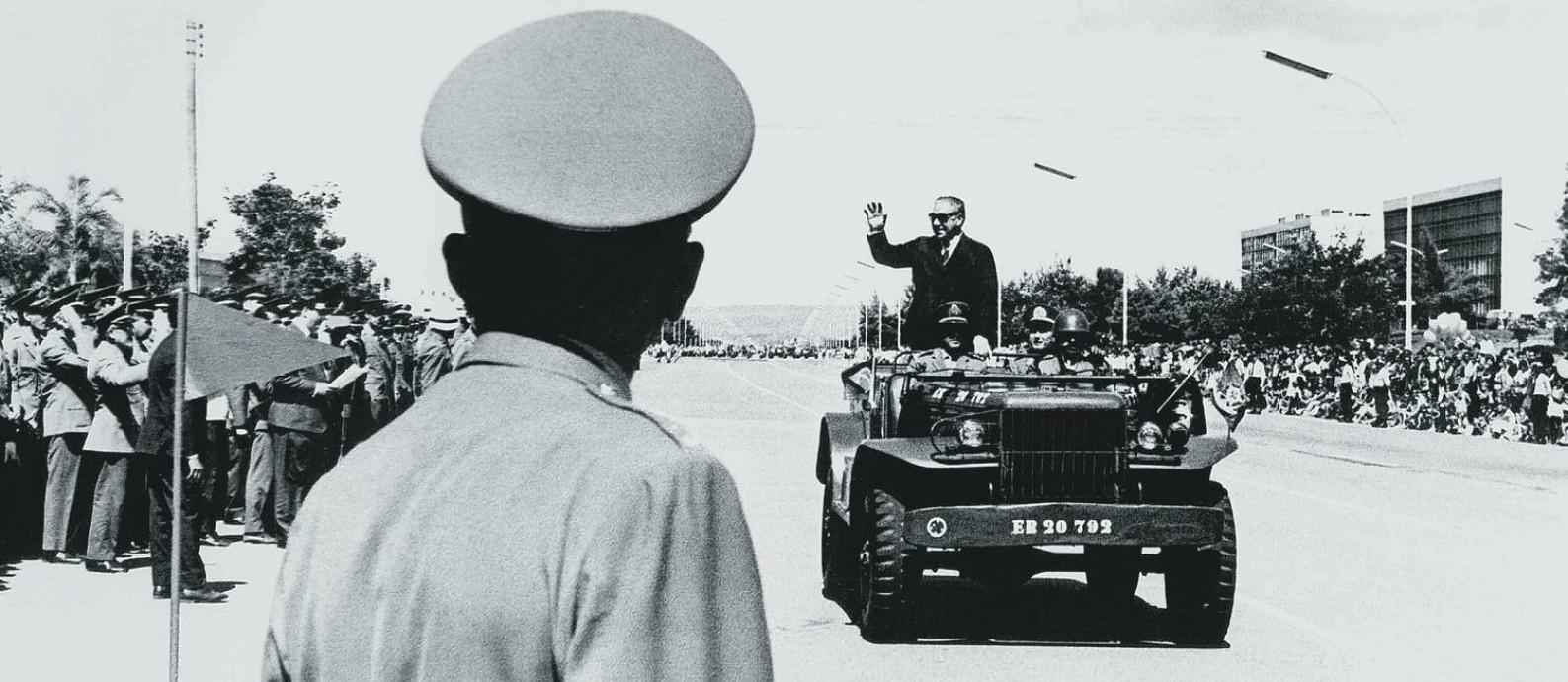 Artur da Costa e Silva desfila em jipe militar após ser empossado presidente da República, em março de 1967 Foto: Orlando Brito