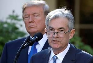 Trump e Powell: mesmo após reclamações do presidente, chefe do Fed diz que não renunciará Foto: Carlos Barria / REUTERS
