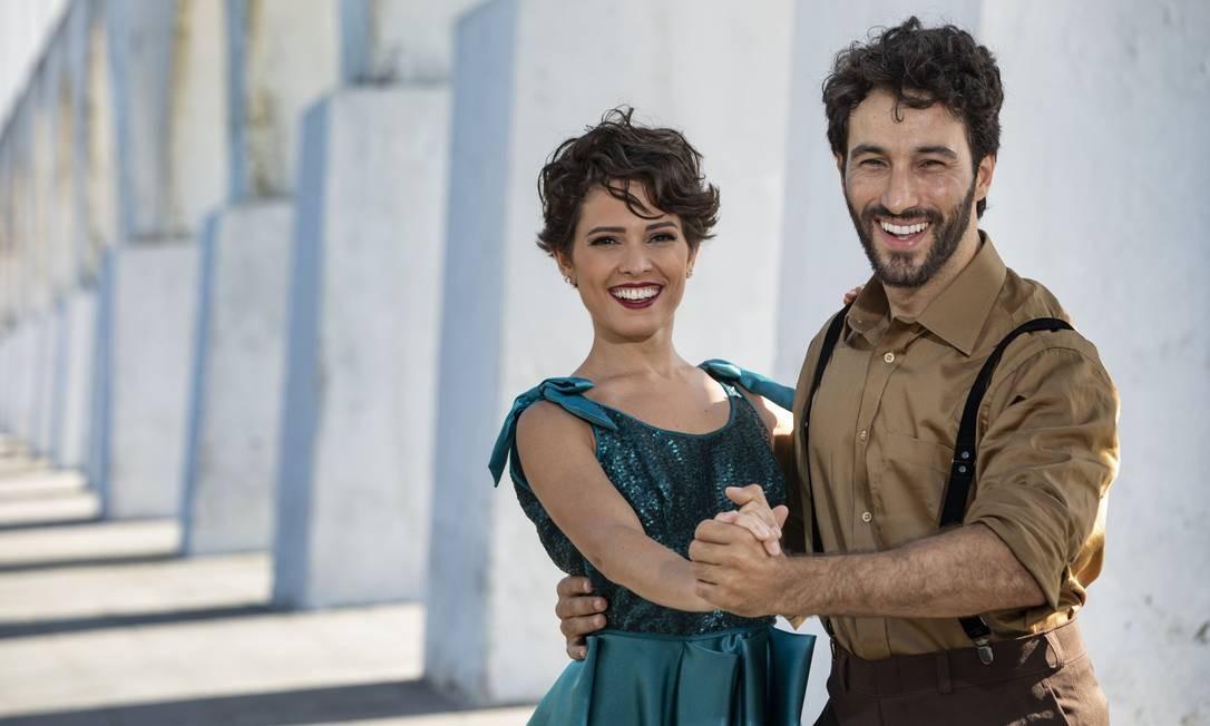 Jullie e Guilherme Logullo nos Arcos da Lapa: foi no bairro que Nelson se estabeleceu quando chegou ao Rio Foto: Ana Branco / Agência O Globo