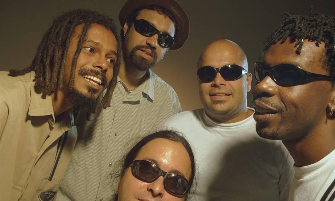 """Em 1998, já com seus companheiros do Rappa, Marcelo Falcão, Xandão Menezes, Lauro Farias e Marcelo Lobato. Com a banda, Yuka se tornaria uma referência em todo o país, principalmente após o álbum Rappa Mundi', de sucessos como 'A feira', 'Vapor barato', """"Ilê ayê' e 'Pescador de ilusões' Agência O Globo / Guto Costa"""
