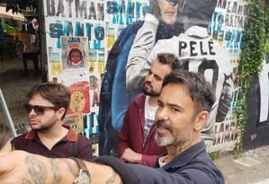 Speto mostra alguma das obras que estão nas paredes do Beco do Batman, na Vila Madalena Foto: Carolina Mazzi