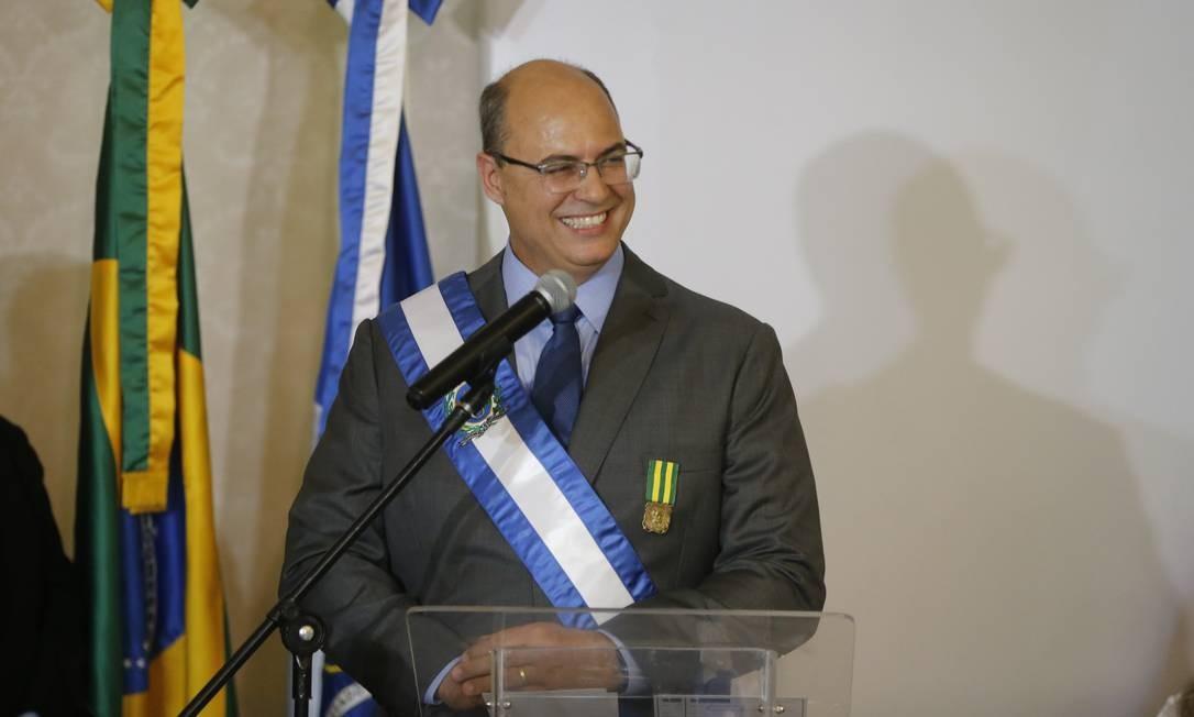 O governador do Rio, Wilson Witzel, com faixa que mandou confeccionar ao assumir o cargo Foto: Domingos Peixoto / Agência O Globo