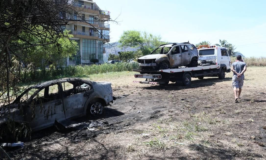 Reboque remove carcaça de carro que pegou fogo em estacionamento irregular em Camboinhas Foto: Pedro Teixeira / Agência O Globo