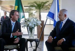 O presidente brasileiro Jair Bolsonaro (esquerda) com o primeiro-ministro israelense, Benjamin Netanyahu Foto: FERNANDO FRAZAO / AFP