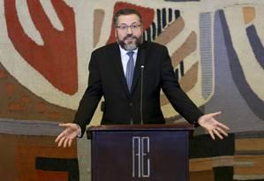 Ernesto Araújo faz seu discurso de posse, no qual disse que o Brasil