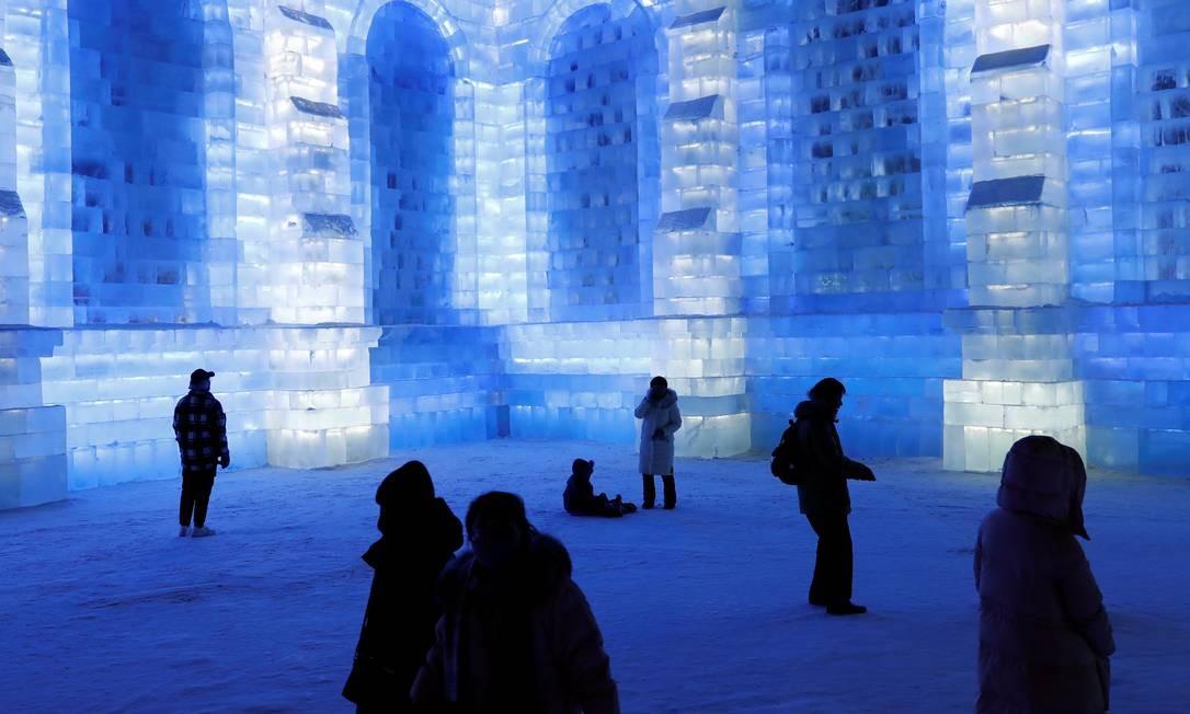 Azul é a cor mais fria em construção feita com blocos de gelo Foto: Tyrone Siu / Reuters