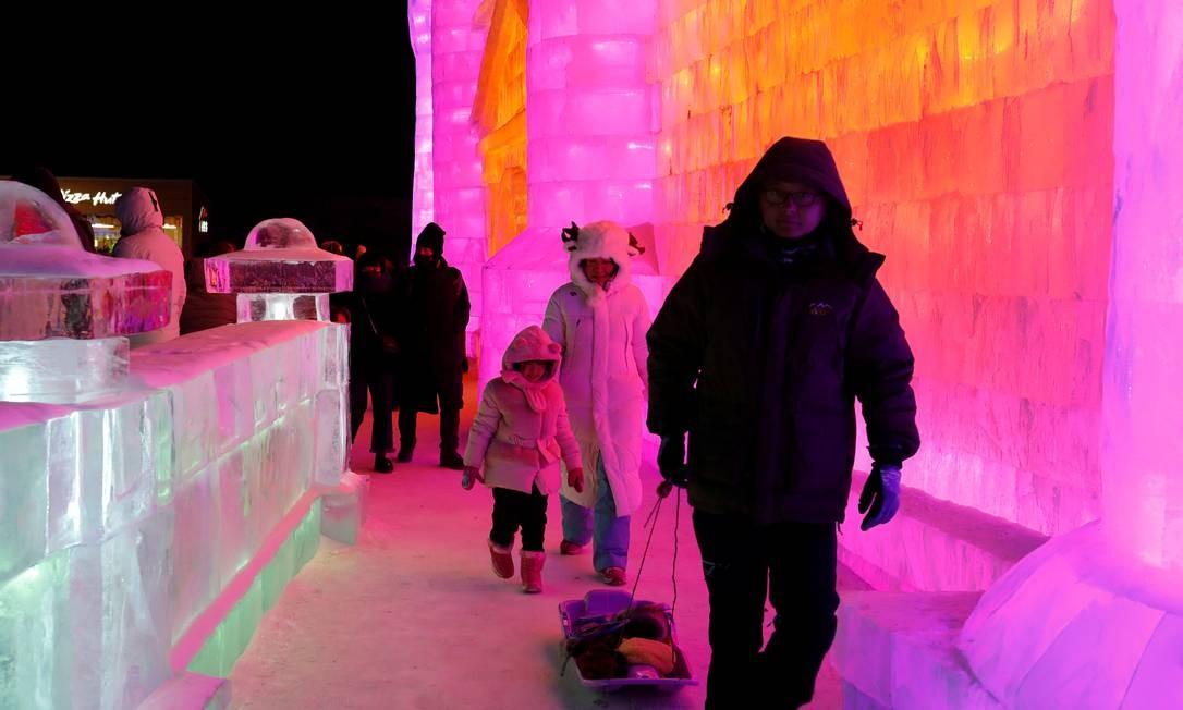 Em dezembro, janeiro e fevereiro, milhares de turistas visitam a cidade de gelo em férias de inverno, passeios de família ou lua de mel Foto: Tyrone Siu / Reuters