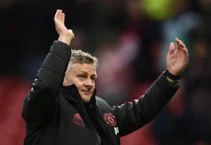 O técnico do Manchester United Ole Gunnar Solskjaer comemora a quinta vitória seguida da equipe sov seu comando Foto: OLI SCARFF/AFP