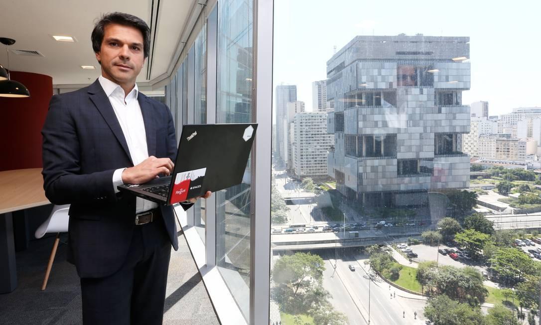 Renato Amorim, diretor da Regus, diz que a preferência é por salas próximas da sede da Petrobras, no Centro do Rio Foto: Guilherme Pinto