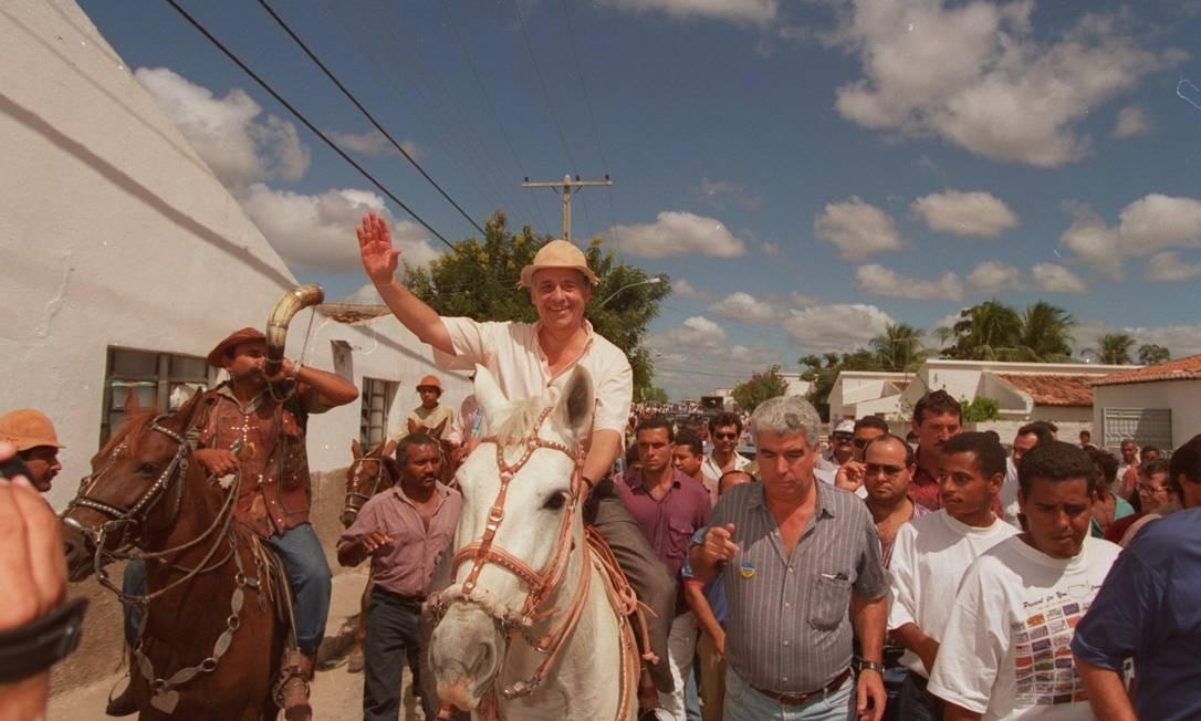 O acadêmico FH em campanha no Nordeste Foto: Fernando Maia / 27-5-1994
